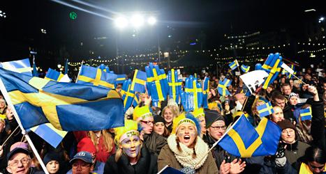 Många människor kom till Kungsträdgården i Stockholm för att fira Sveriges OS-hjältar. Foto: Jessica Gow /TT.