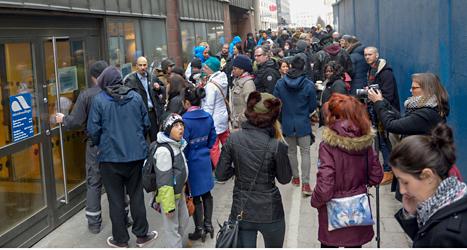 Tusentals människor kom till arbetsförmedlingen i centrala Stockholm. Foto: Bertil Ericson /TT.