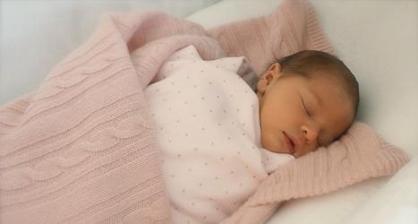 Så här prinsessan Leonore ut. Det är den första bilden på henne som visas. Foto: Prinsessan Madeleine /Kungahuset.se