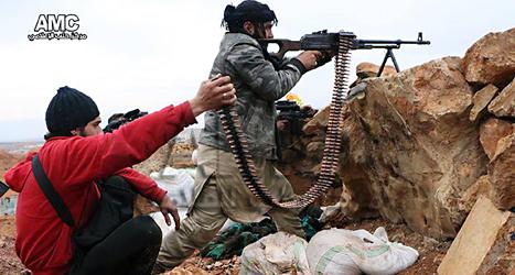 Rebellgruppen AMC har själva tagit den här bilden. Den visar rebeller som skjuter utanför staden Aleppo. Foto: AMC /TT