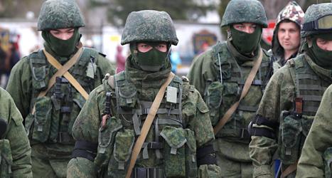 Ryska soldater vaktar i Ukraina. Foto: Sergej Grits/TT.