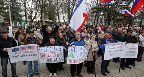 Människor i området Krim demonstrerar för att visa att de vill tillhöra Ryssland. Foto: Sergej Grits/TT.