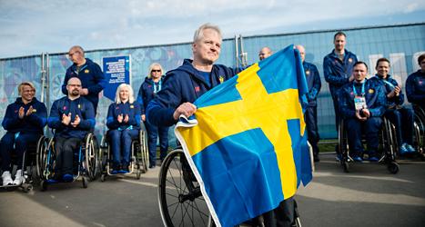 Calle Jungnell är med i det svenska curlinglaget. Det har stora chanser till medalj. Det är också han som bär Sveriges flagga på invigningen.  Foto: Vilhelm Stogstad/ TT