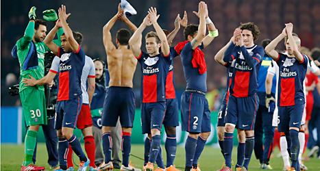 PSGs spelare jublar efter segern mot Bayer Leverkusen från Tyskland. Foto: Michel Euler/TT.