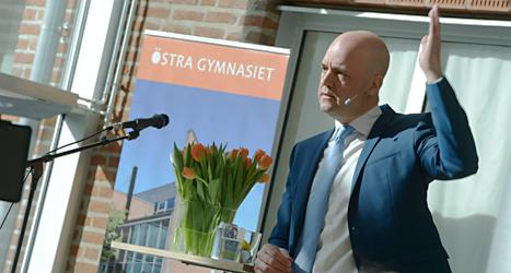 Statsminister Fredrik Reinfedt säger att regeringen ska ge pengar till att utbilda fler lärare. Foto: Bertil Enevåg/TT.