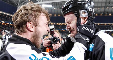 Sandvikens Magnus Muhrén gråter av glädje efter segern i SM-finalen i bandy. Foto. Pernilla Wahlman/TT.