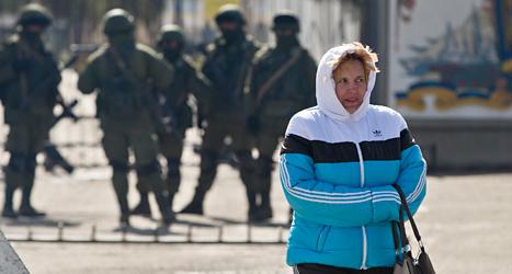 Ryska soldater vaktar i området Krim dagen efter folkomröstningen. Foto: Vadim Ghirda/TT.
