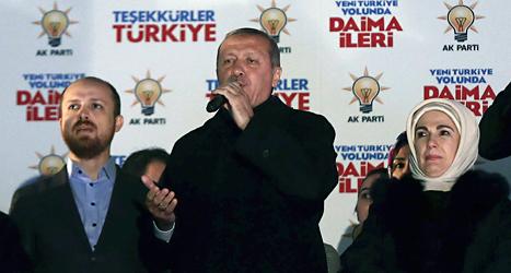 Turkiets ledare Recet Tayip Erdogan står i mitten i detta foto. Foto: AP/TT.