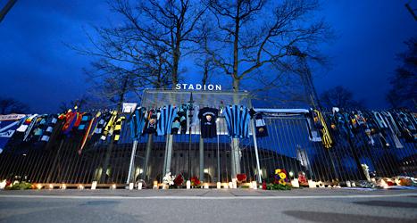 Människor har tänt ljus för för att minnas och sörja den dödade fotbollssupportern. Foto: Anders Wiklund/TT