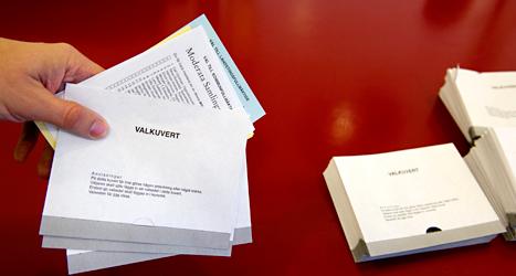 När du röstar på ett parti lägger du partiets valsedel i ett kuvert. Foto: TT