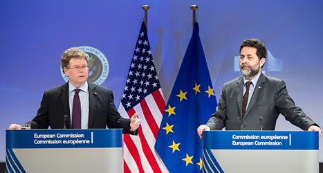 Förhandlare från USA och EU pratar om det nya avtalet. Foto: AP /TT