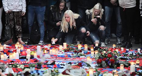 Människor i Helsingborg tänder ljus för att minnas och hedra den man som dödades före fotbollsmatchen mellan Helsingborg och Djurgården. Foto: Björn Lindgren/TT.