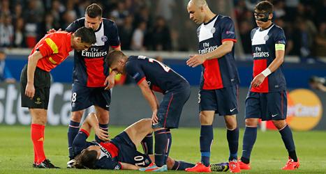 Zlatan ligger skadad på gräset. Han skadades i matchen mot Chelsea i Champions League. Foto: Michel Euler/TT.