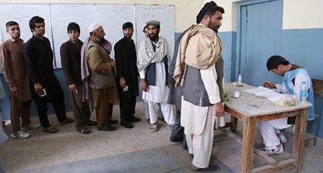Människor står i kö för att rösta i helgens val i Afghanistan. Sju miljoner människor röstade i valet. Foto: Rahmat Gul/TT.