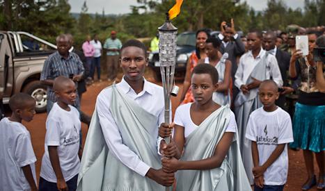 För 20 år sedan var det ett folkmord i Rwanda. Nästan en miljon människor dödades. Nu lovar landets folkgrupper att hålla fred. Facklan är en symbol för freden. Foto: Ben Curtis/TT.