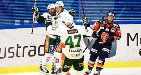 Färjestads spelare jublar över mål. Foto: Stefan Jerrevång/TT.