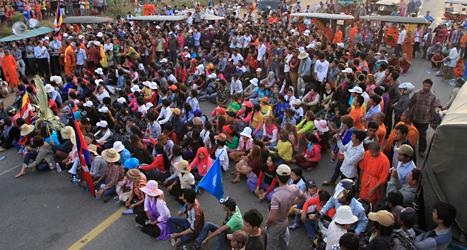 Klädarbetare i Kambodja vill ha högre löner. Bilden är från en demonstration tidigare i år. Foto: Heng Sinith/TT.