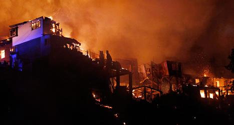 Husen brinner i den gamla staden Valparaiso. Foto: Luis Hidalgo/TT.