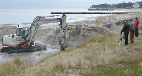 Sand sprids ut på stranden Ystad Saltsjöbad. Foto: Johan Nilsson/TT.