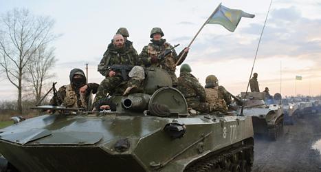 Ukrainska soldater är på väg till städerna där det är bråk. Foto: Maxim Dondyuk/TT.