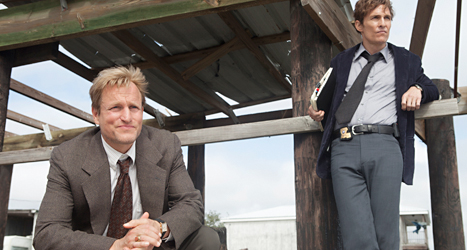 Woody Harrelson och Matthew McConaughey spelar huvudrollerna i tv-serien True Detective. Foto: HBO/TT