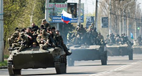 Stridsvagnar med ryska flaggor i östra Ukraina. Foto: Evengiy Maloletka/TT.
