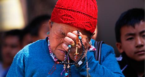 En kvinna gråter över dem som dog på berget Mount Everest.  Foto: Niranjan Shrestha/TT.