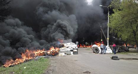 Det brinner sedan ukrainska soldater attackerat rebeller i östra delen av landet. Foto: Mika Velikovskiy/TT.