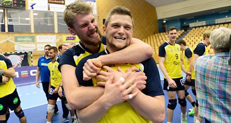 Falkenbergs spelare jublar över SM-guldet i volleyboll. Foto: Pontus Lundahl/TT.