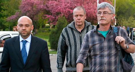 Thomas Johansson från Sverige var en av de OSSE-arbetare  som togs tillfånga av rebellerna i Ukraina. Rebellerna släppte honom fri på söndagen. Thomas Johansson är mannen i mitten på bilden. Foto: Sergej Grits/TT.
