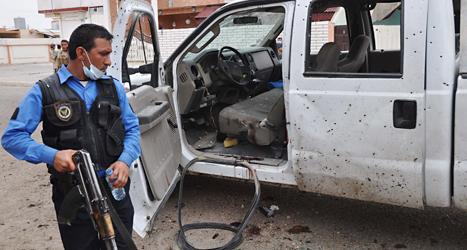 En polis undersöker platsen där en av bomberna sprängdes. Foto: Emad Matti/TT.
