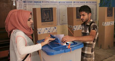En kvinna röstar i en vallokal i Iraks huvudstad Bagdad. Foto: Khalid Mohammed/AP/TT