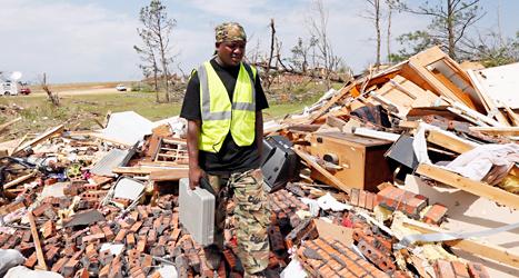Deramus Idon tittar på resterna av sitt hus. Huset i Louisville krossades i ovädret. Foto: Rogelio V Solis /AP /TT