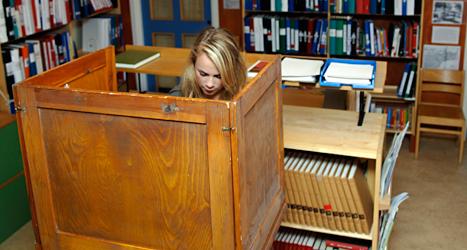 En flicka röstar i skolan innan valet till Sveriges riksdag år 2006. Foto: SvD/TT