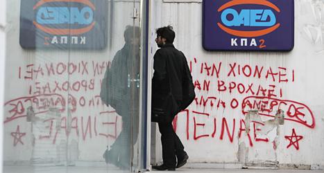 En ung man går in på arbetsförmedlingen i Grekland. Fler än hälften av alla unga i Grekland är arbetslösa. Foto: AP/TT