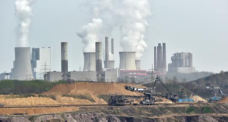 Röken från kolkraftverk innehåller koldioxid som värmer upp jorden. Foto: Martin Meissner/TT.