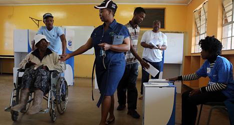 En man röstar i valet i Sydafrika. Foto: Themba Hadebe/TT.