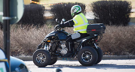 En man kör en fyrhjuling. Foto: Fredrik Sandberg/TT.
