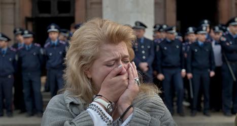En kvinna gråter över demonstranterna som dog i en brand i staden Odessa i Ukraina. Foto: Vadim Ghirda/TT.