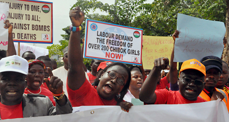 Människor i Nigeria demonstrerar för att de fångade flickorna ska släppas fria. Foto: Gbenga Olamikan/TT.