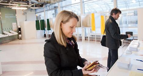 En kvinna i Stockholm röstar i EU-valet. Ovanligt många människor har redan röstat i EU-valet.  Foto: Ulrika Åling/8Sidor.