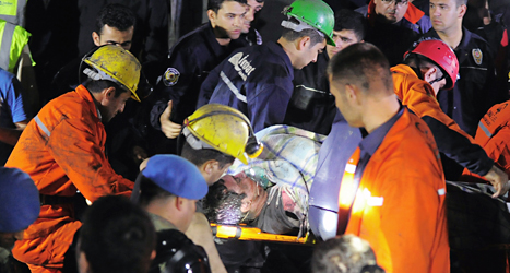 En skadad man räddas ur gruvan i Turkiet. Foto: AP/TT.