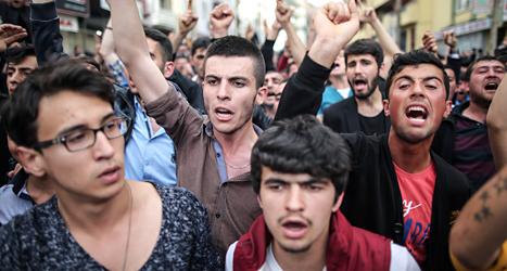 Människor protesterar i staden Soma i Turkiet. De kräver att säkerheten blir bättre i landets gruvor. Foto: Emrah Gurel /AP/TT.