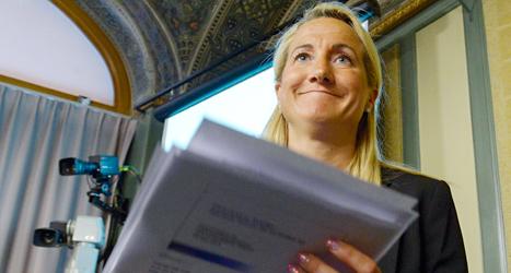 Moderaten Cecilia Widegren berättar att försvaret ska få extra pengar. Foto: Bertil Ericson/TT.
