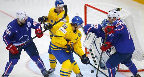 Svenska spelare framför Frankrikes mål. Foto: Sergej Grits/TT.