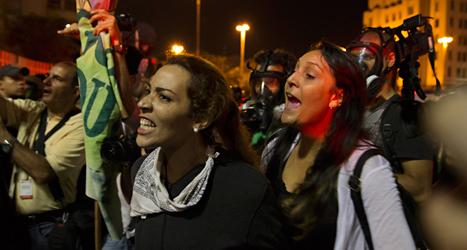 Människor i Brasilien protesterar mot att fotbolls-VM ska hållas i landet. VM börjar om en månad. Foto: Hassan Ammar/TT