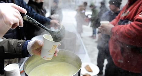 Soppa till de hemlösa på Södermalm i Stockholm. Foto: Erik Mårtensson/TT.