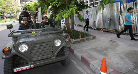 Thailändska soldater på gatorna i huvudstaden Bangkok. Militärerna har tagit över polisernas arbete i Thailand.  Foto: Sakchai Lalit/TT.