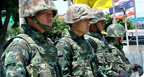 Soldater vaktar i huvudstaden Bangkok. Militärerna har tagit makten i Thailand. Foto: Apichart/Weerawong/TT