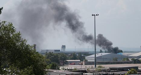 Svart rök från flygplatsen utanför staden Donetsk i Ukraina. Foto: Vadim Ghirda/TT.